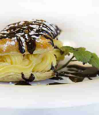 PUFF PASTRY STUFFED WITH CREAM